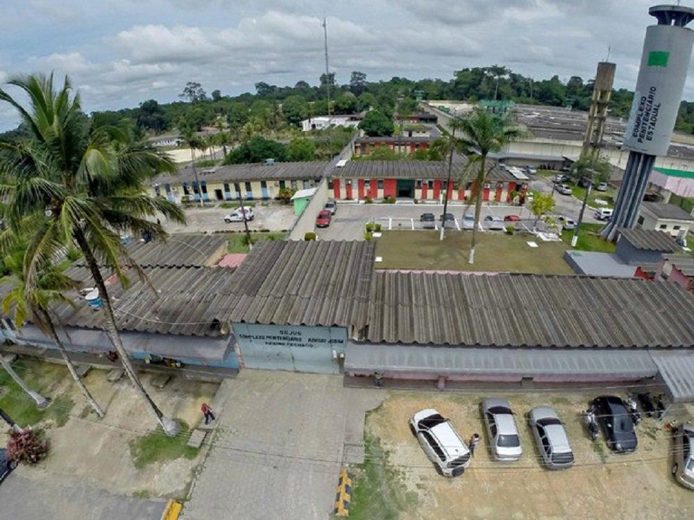 As forças de segurança do Amazonas recapturaram 63 foragidos das unidades do Complexo Penitenciário Anísio Jobim (Compaj) e Instituto Penal Antônio Trindade (Ipat); a fuga ocorreu entre domingo (1º) e segunda-feira (2), durante rebelião e confrontos entre facções criminosas, que resultaram em 60 mortes; ao todo, 118 detentos escaparam das prisões