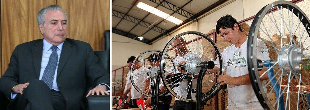 """Produção de bicicletas no Brasil caiu 11,5% em 2016, na comparação com 2015; segundo levantamento divulgado pela Abraciclo, associação dos fabricantes, foram 669.729 unidades ante 757.045 produzidas no ano anterior; vice-presidente do segmento de Bicicletas da entidade, João Ludgero, credita a queda a """"dificuldades do contexto econômico nacional""""; em 2016, além na produção de bicicleta, a depressão econômica provocada por Michel Temer e Henrique Meirelles derrubaram também a fabricação de automóveis em 11,2%, e de motocicletas em 30%"""