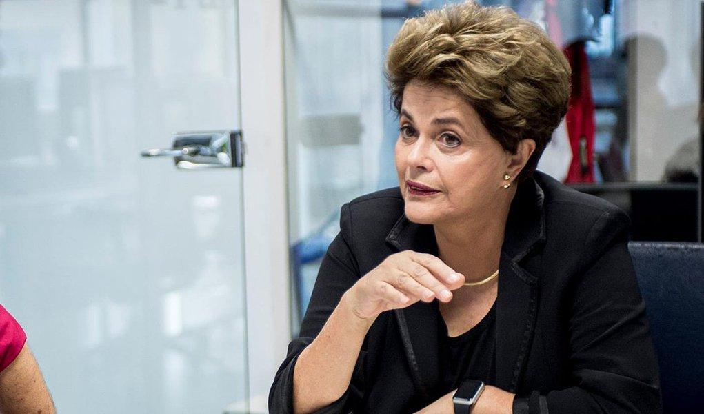 """Em coletiva de imprensa em Sevilla, na Espanha, Dilma Rousseff defendeu nesta terça-feira 23 a candidatura do ex-presidente Lula em 2018. """"Eu creio e desejo que ele seja candidato. Será importante para o Brasil"""", afirmou; """"O primeiro golpe foi o meu impeachment. O segundo é impedir que Lula seja candidato"""", declarou; ela disse acreditar que Lula """"ganharia as eleições por todas as suas realizações""""; a presidente reafirmou que interromper a democracia foi a única maneira de o atual governo, de Michel Temer, implantar o programa neoliberal derrotado quatro vezes nas urnas; """"Não podemos perder a democracia. E eu asseguro que se houver democracia, nós venceremos de novo"""", ressaltou"""