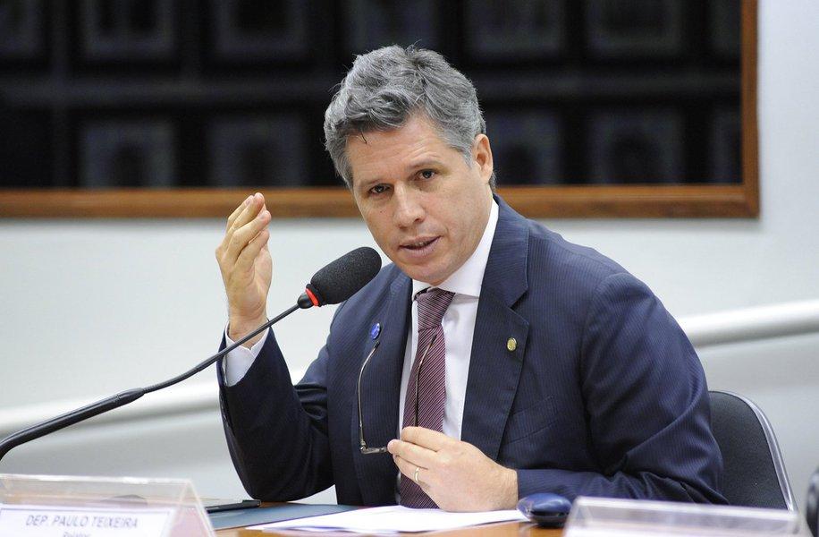 """Diante das fortes críticas de líderes e da militância, a cúpula do PT já fala em recuar nas negociações sobre a eleição para presidência da Câmara e não apoiar nenhum dos dois principais candidatos, Rodrigo Maia (DEM) e Jovair Arantes (PTB), ambos participantes do golpe parlamentar que depôs a presidente Dilma Rousseff; partido avalialançar candidatura solo do deputado Paulo Teixeira a presidente; partido tem 57 deputados em sua bancada; """"A probabilidade de apoiar o Rodrigo é menor. O apoio a Jovair já foi maior, mas caiu também. André [Figueiredo, candidato do PDT] chutou nossa canela, atrapalhou bem"""", diz o líder do PT, Carlos Zarattini (SP)"""