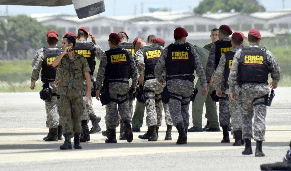 Primeiros agentes da Força Nacional de Segurança Pública que vão ajudar as forças policiais do Amazonas e de Roraima para ajudar a conter a crise no sistema penitenciário começara a desembarcar; primeiros dos 100 agentes que vão participar da operação desembarcaram em Manaus perto das 5 horas (horário de Brasília; 3 horas no Amazonas), a bordo de um avião C-99 da FAB; Ministério da Justiça também autorizou o envio de tropas da Força Nacional para Roraima, onde pelo menos 33 detentos foram assassinados no interior da Penitenciária Agrícola de Monte Cristo, na última sexta-feira (6)