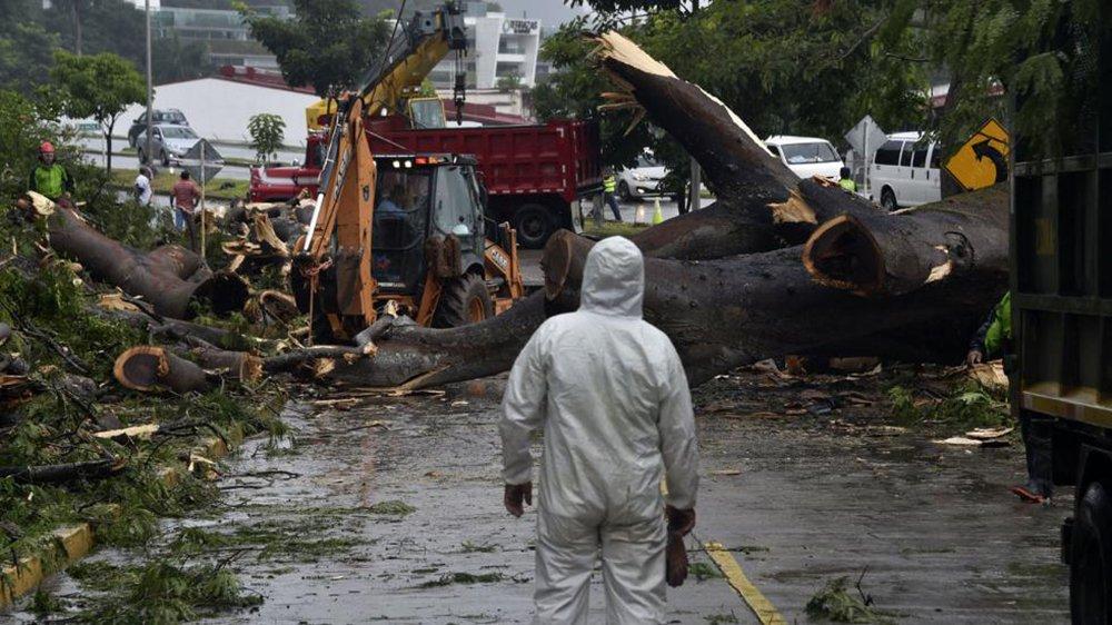 O olho do furacão Otto, vindo pelo Mar do Caribe, tocou a terra no extremo sudeste da Nicarágua na tarde desta quinta (24); com diferença de cerca de uma hora, um forte terremoto de magnitude 7,0 ocorreu no Oceano Pacífico, no lado oposto do continente da América Central; o furacão chegou com intensas chuvas e fortes ventos, de até 175 km/h, afetando não só a Nicarágua, como também o norte da Costa Rica; o terremoto foi sentido nesses dois países e também em El Salvador; o presidente da Nicarágua, Daniel Ortega, declarou estado de emergência no país. A Costa Rica já havia decretado emergência nacional