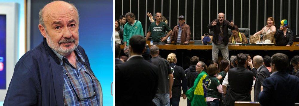"""Citando vários acontecimentos recentes, como protestos no Rio, discussão entre Gilmar e Lewandowski no STF e a invasão de """"vândalos ensandecidos"""" no plenário da Câmara, pedindo a intervenção militar, o jornalista afirma que, """"neste clima de fim de feira, com governantes, políticos e partidos desacreditados, caminhamos para um estado de anomia social, que poderá desaguar numa convulsão"""""""