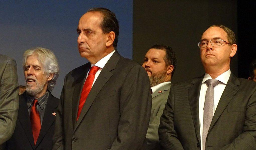 """O prefeito de Belo Horizonte, Alexandre Kalil (PHS), empossou os 13 secretários que irão compor a sua equipe; são nove pastas a menos do que na gestão de Márcio Lacerda (PSB); o novo chefe do executivo pediu uma reflexão sobre o tamanho da responsabilidade atribuída a equipe de governo;""""Agora temos a responsabilidade de fazer o que não fizeram. De colocar a mão onde ninguém colocou"""", disse Kalil; confira a lista dos secretários"""