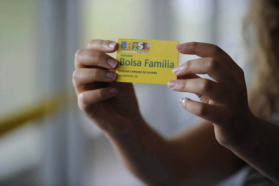 O Ministério Público Federal (MPF) recomendou revisão de 141.481 cadastros do programa Bolsa Família na Bahia; projeto do MPF intitulado 'Raio-X Bolsa Família' aponta que estes beneficiários receberam irregularmente mais de R$ 536 milhões do programa; a investigação sugere que empresários, servidores públicos e estelionatários usaram dados de pessoas falecidas para receber o dinheiro; para o MPF, a Bahia foi o estado que mais repassou recursos para beneficiários suspeitos; entre 2013 e maio de 2016 o prejuízo com as irregularidades somaria mais de R$ 3,3 bilhões