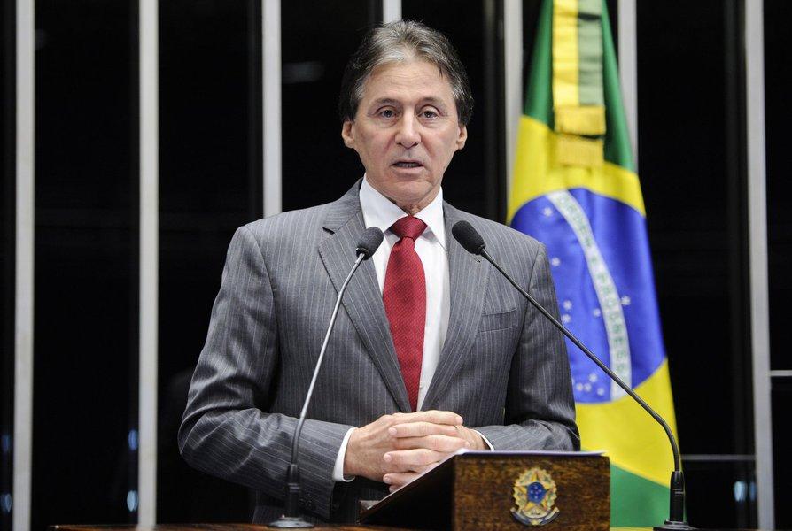 O cearense Eunício Oliveira (PMDB-CE), nome forte na disputa pela presidência do Senado, disse que, se eleito, não se concentrará apenas em votações de projetos. O parlamentar pretende também revogar leis que, na sua opinião, burocratizam as políticas de investimento