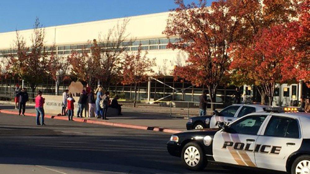Um suspeito esfaqueou cinco estudantes dentro do vestiário masculino de uma escola de Utah nesta terça-feira usando a arma em si próprio em seguida, disseram autoridades da escola
