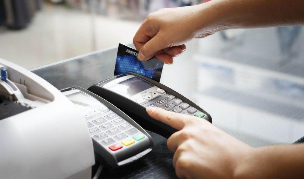 Dados da Pesquisa de Endividamento e Inadimplência do Consumidor revelam que cartão de crédito é o principal meio de pagamento responsável pelas dívidas dos baianos; a pesquisa apontou que 87,2% da população do estado tem dívidas através do uso do cartão; em seguida está o crédito consignado, com 6,6%; cheque especial, com 5,7%; e financiamento de carro com 5,6%; o levantamento apontou ainda aumento de 3,2% do endividamento dos baianos em outubro deste ano em comparação com o mesmo período de 2015, alcançando a taxa de 59,4%
