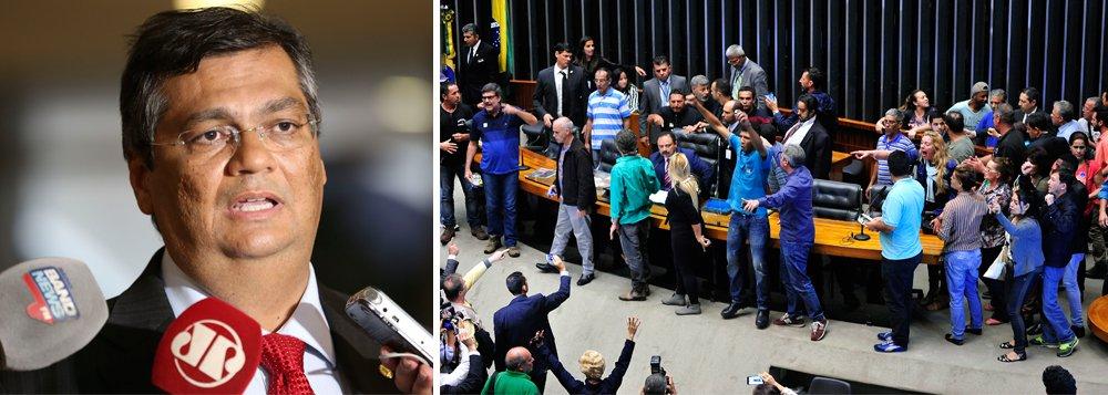 """Por meio de sua conta pessoal no Twitter, o governador Flávio Dino (PCdoB) criticou a invasão da Câmara dos Deputados por manifestantes que pediam intervenção militar no país; """"O demônio do fascismo, quando sai da garrafa, produz coisas assim"""", afirmou; """"O ódio que já havia nas redes sociais transbordou para as ruas e o nome disse é fascismo. Tiraram o gênio do fascismo da garrafa e agora não sabem como colocá-lo de volta"""", disse Flávio Dino, lamentando que o país venha desperdiçando todo seu potencial de desenvolvimento pela intolerância e falta de diálogo entre os entes políticos"""