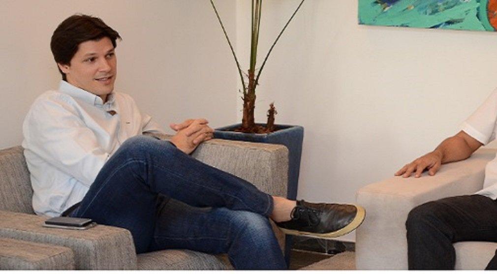 """O deputado federal Daniel Vilela (PMDB) está sendo bombardeado nas redes sociais após ter votado a favor da emenda que prevê punições a juízes e promotores; ao ver que a repercussão foi negativa, o filho de Maguito Vilela divulgou nota esclarecendo seu posicionamento e alguns detalhes da lei; no entanto, as explicações de Daniel não convenceram os internautas e os comentários repudiando o voto do deputado já somam mais de 600. """"Que bla bla bla hein deputado?? Papo de gente fraca que dá desculpa e não assume o que faz!"""", escreveu um internauta"""