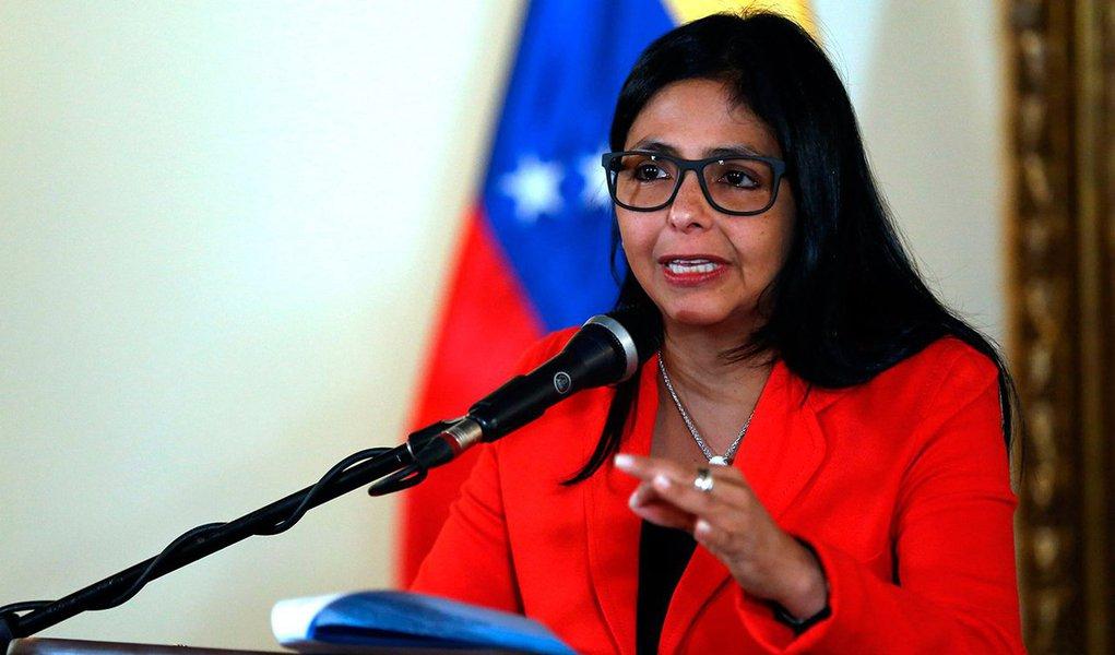 """Chanceler da Venezuela, Delcy Rodriguez, afirmou que a decisão dos países fundadores do Mercosul de suspender os direitos do país a ser estado-membro supõe um 'golpe de estado'; """"É um golpe de Estado no Mercosul, e isso constituiria uma agressão à Venezuela de dimensões realmente grandes"""", afirmou; segundo ela, a Venezuela continuará a ser um Estado Membro do Mercosul, uma vez que não foi notificada da suspens"""