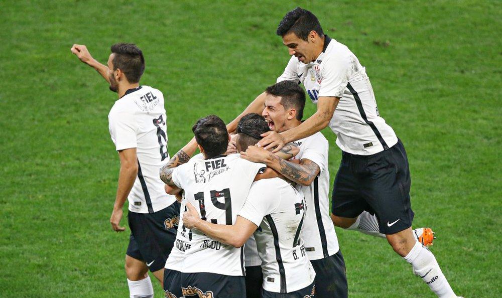 Timão segurou a pressão imposta pelo Flamengo no primeiro tempo e venceu por 4 a 0; com a vitória, assumiu a vice-liderança da Série A, empatando em número de pontos com o Palmeiras (ambos com 25); o Flamengo, que poderia terminar a rodada no G-4, caiu para a sexta posição, com 20 pontos