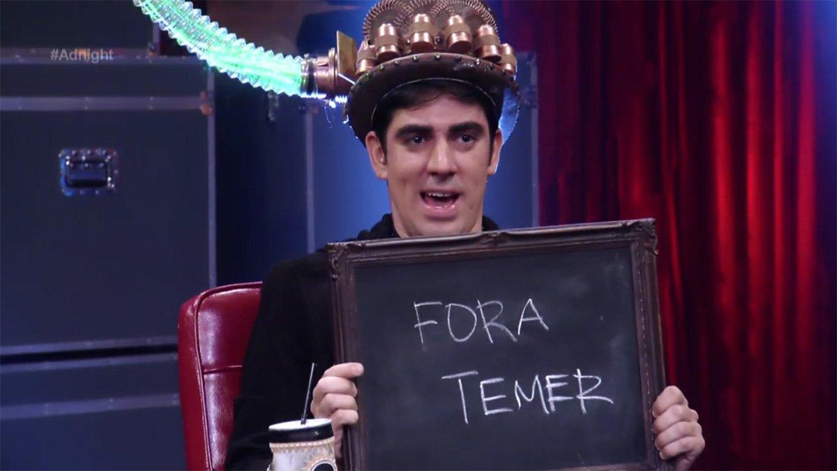 """No programa Adnight, na TV Globo, o apresentador Marcelo Adnet escreveu Fora Temer em uma lousa, durante uma brincadeira com o ator Alexandre Neto; e ainda disparou: """"provavelmente vai ser editada essa parte""""; assista"""
