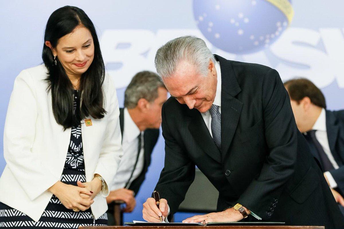 Advogada-Geral da União, Grace Mendonça, em sua posse com o presidente Michel Temer