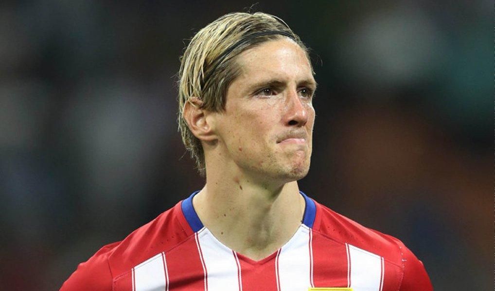 """O atacante renovou seu contrato com o clube espanhol por mais um ano, até 2017; """"Estou encantado em continuar em casa, o único lugar que sempre quis estar, e finalmente se tornou verdade"""", disse Fernando Torres ao site oficial do clube"""