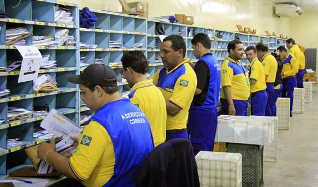 Estatal vai apresentar em prevê um plano de demissão voluntária para cerca de 13 mil funcionários com 55 anos ou mais; a proposta garante 35% do salário dos servidores por dez anos; a economia para a empresa pode chegar a R$ 1 bilhão por ano; empresa deve registrar esse ano o quarto prejuízo consecutivo