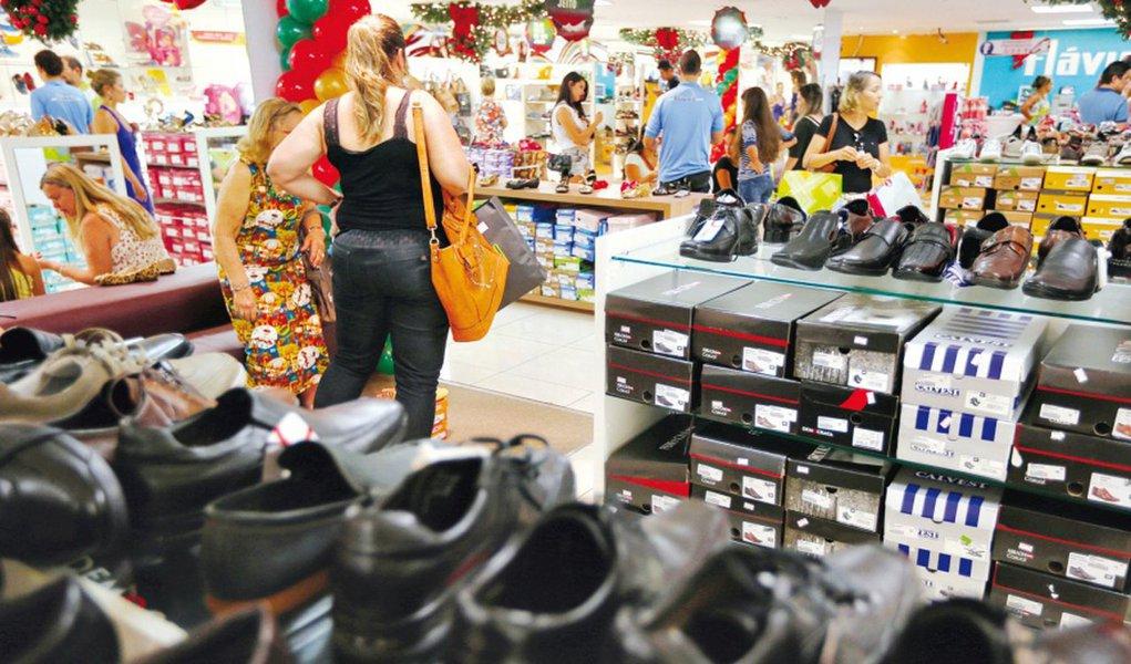 Volume do setor de serviços no Brasil recuou em setembro pelo segundo mês seguido, mostrando que o setor pode demorar a ajudar na redução da pressão inflacionária; na comparação com o mesmo mês do ano passado, houve queda de 4,9 por cento no volume, 18ª taxa negativa e a maior para o mês na série iniciada em 2012; em relação a agosto, a queda foi de 0,3%