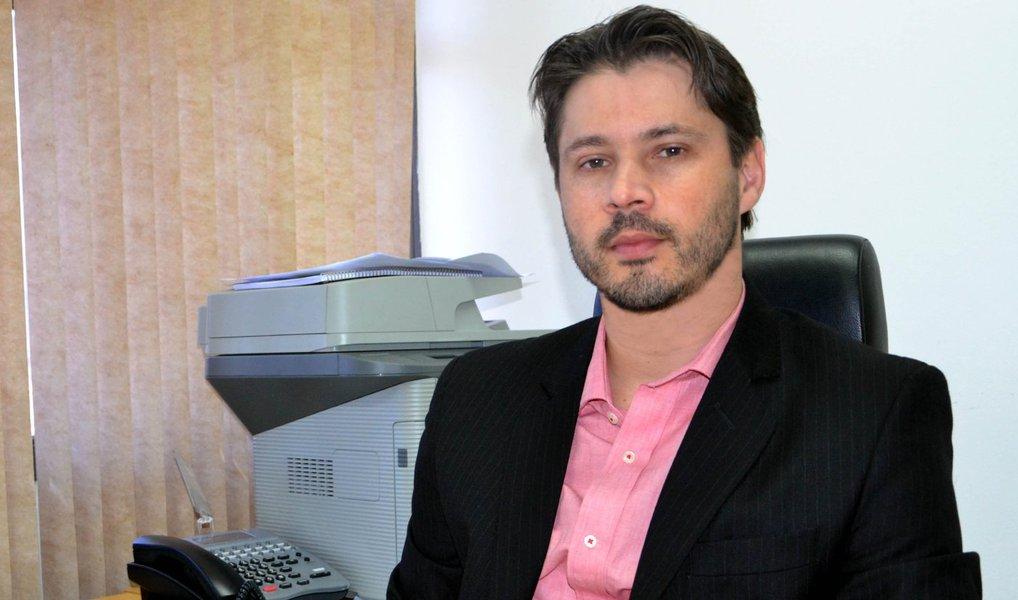 """A Procuradoria do Distrito Federal afirmou que é """"plausível"""" a acusação feita pelo ex-senador Delcídio do Amaral de que Lula era o chefe da tentativa de obstruir as investigação da Operação Lava Jato; segundo a Procuradoria, essa tentativa teria sido feita por meio de pagamentos para evitar a delação premiada do ex-diretor da Petrobras Nestor Cerveró, de acordo com a delação de Delcídio; a ratificação da denúncia foi feita pelo procurador Ivan Cláudio Marx à Justiça Federal do DF"""