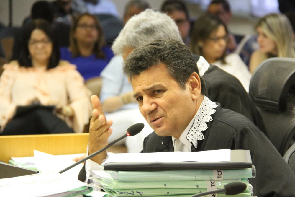 O Tribunal de Contas do Estado expediu medida cautelar nesta quinta (1º) determinando que a Prefeitura de Aracaju suspenda todas as licitações em andamento no município, bem como que se abstenha de realizar novos certames em 2016; a decisão ocorreu após a 4ª Coordenadoria de Controle e Inspeção (CCI) encaminhar informação ao conselheiro Ulices Andrade a respeito do grande número de processos licitatórios deflagrados pelo município de Aracaju, cuja soma totaliza cerca de R$30 milhões