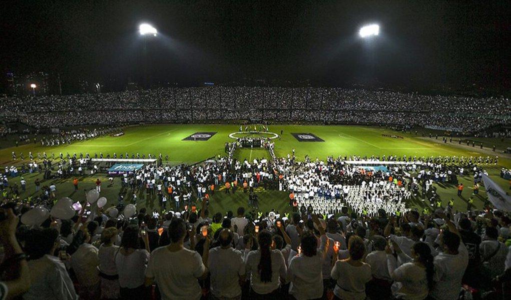Milhares de torcedores do time colombiano Atlético Nacional prestaram uma homenagem emocionante na noite de quarta-feira ao time da Chapecoense no exato horário em que os dois times disputariam a final da Copa Sul-Americana, não fosse o acidente com o avião que levava a delegação do time catarinense a Medellín; confira o vídeo