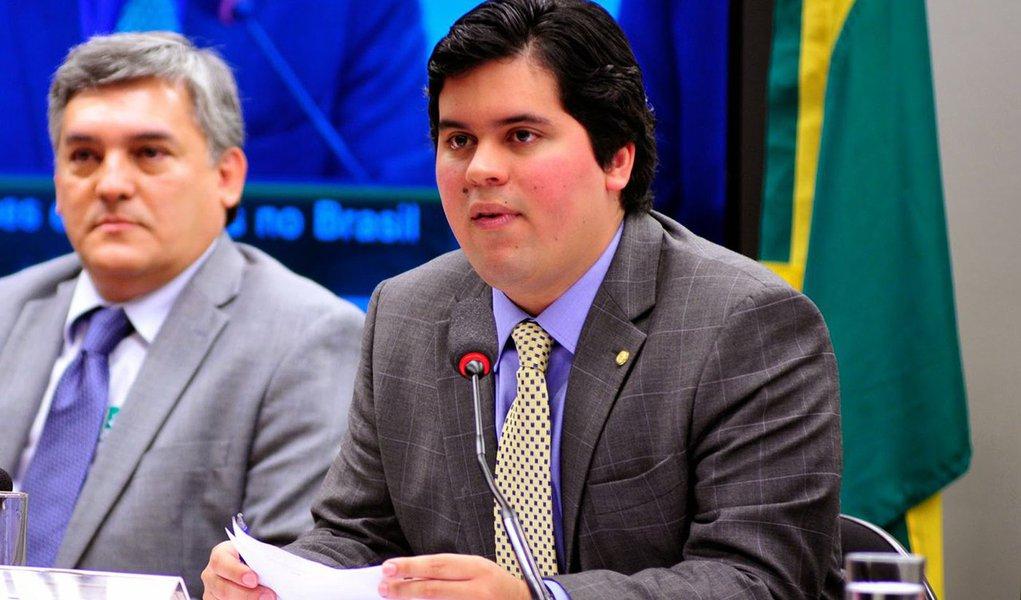 Alegando motivos particulares, o deputado André Fufuca (PP-MA), da tropa de choque de Eduardo Cunha, tirou licença por 121 dias da Câmara; foi substituído por Ildon Marques (PSB-MA); Fufuca foi prefeito de Imperatriz (MA) três vezes e teve as contas de 1998, 1999 e 2000 julgadas irregulares pelo TCU; já o TCE do Maranhão desaprovou suas contas de 2008; com sua saída, Cunha fica cada vez mais isolado na Casa