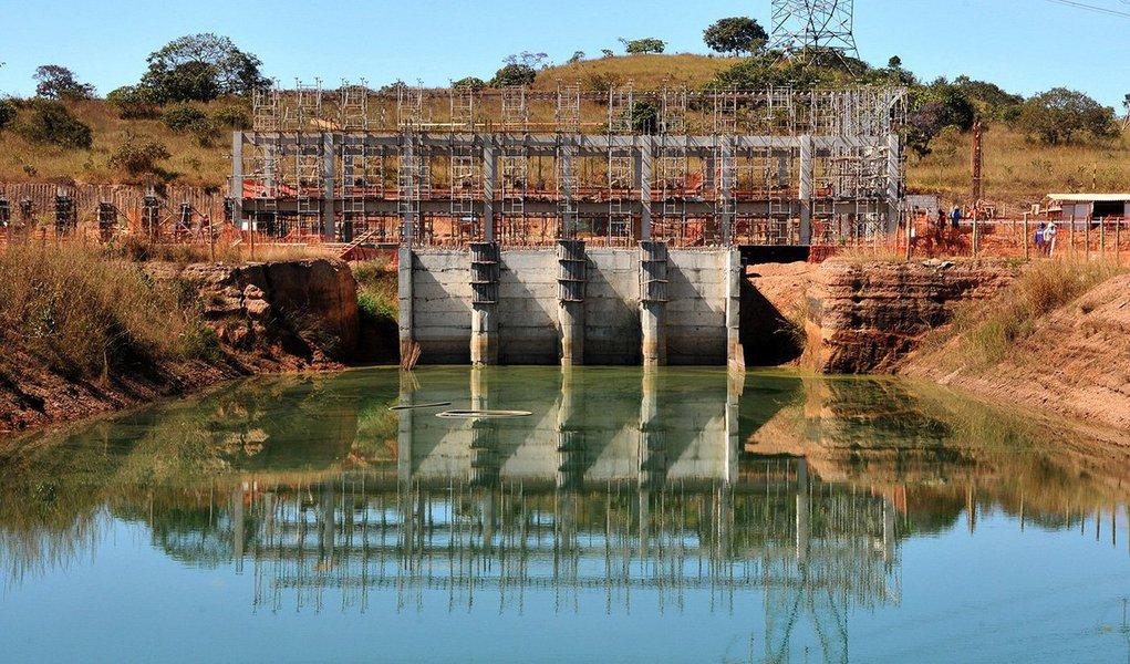 Colunas e vigas dasestações de captação e de tratamento de água do Sistema Produtor Corumbá 4estão sendo erguidas: a que retira a água do Lago Corumbá 4 e a que vai tratar a água para consumo; a construção do complexo é uma parceria entre a Companhia de Saneamento Ambiental do Distrito Federal (Caesb) e a Saneamento de Goiás (Saneago); o governo de Brasília investirá R$ 264 milhões em todo o sistema; a contrapartida é de 25% do custo total, ou seja, R$ 66 milhões; a estação de captação está com 40% das obras concluídas; a previsão de conclusão é em 2018, quando todas as obras do sistema ficam prontas, o que deve aumentar em 30% o abastecimento de água do DF; pelo menos 1,3 milhão de pessoas devem ser beneficiadas nas duas unidades da Federaçã