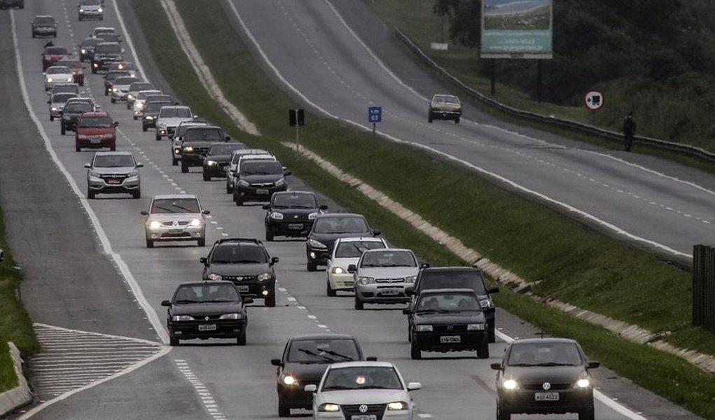A lei que obriga os condutores a ligar o farol baixo dos veículos nas rodovias não está valendo, por enquanto, para aplicação de multas nas vias estaduais; também estão suspensas as penalidades aos motoristas que não cumpriram as regras anteriormente; o motivo é a falta de sinalização nas rodovias estaduais alagoanas