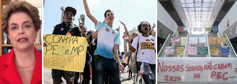"""Ex-presidente Dilma Rousseff gravou vídeo com mensagem de apoio aos estudantes que ocupam escolas por todo o país contra a Proposta de Emenda à Constituição (PEC) 55 (aprovada na Câmara como PEC 241) e a Medida Provisória (MP) 746, da reforma do ensino médio, que representa """"mais um ataque à democracia""""; """"Por isso, a mobilização de vocês é fundamental. Nas ocupações de escolas e universidades estão as mais importantes trincheiras contra o retrocesso, pela democracia e pelos direitos sociais. Envio a vocês um forte abraço, a vocês, estudantes, que lutam pela educação pública, gratuita e de qualidade para todos""""; assista"""