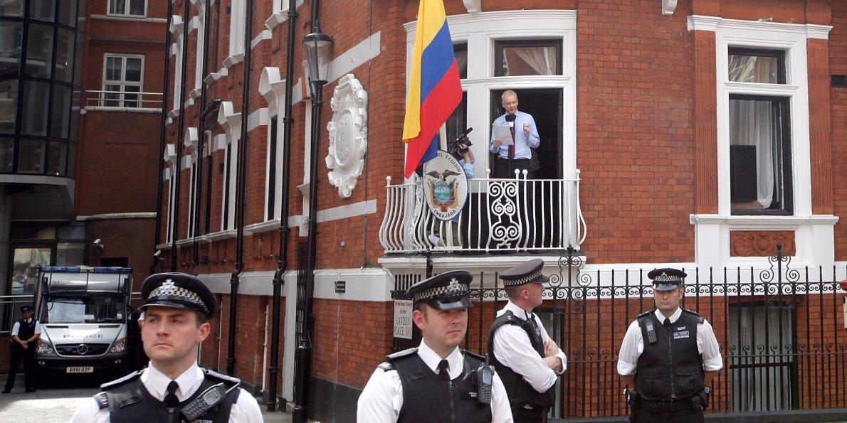 Fundador do site WikiLeaks foi interrogado por procuradores nesta segunda-feira, 14, na embaixada do Equador em Londres, onde está abrigado há quatro anos, por conta de acusação de estupro em 2010; procuradora-geral sueca Ingrid Isgren foi à embaixada para questionar Assange por intermédio de um procurador equatoriano a respeito das alegações, negadas pelo acusado; Assange, que enfureceu os Estados Unidos ao publicar centenas de milhares de despachos diplomáticos secretos norte-americanos, refugiou-se na embaixada em agosto de 2012 para evitar sua extradição para a Suécia