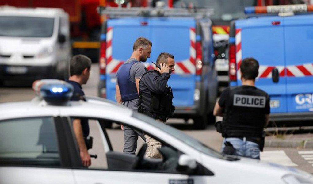 """Grupo extremista assumiu a autoria do atentado ocorrido em uma igreja em Saint Etienne du Rouvray, no Norte da França; um padre foi morto e dois agressores foram abatidos pelas forças de segurança; segundo o Estado Islâmico, o atentado foi realizado por """"dois soldados"""" da causa; presidente François Hollande condenou o ataque e disse que o país está em guerra contra o terror; """"Estamos mais uma vez enfrentando um teste, a ameaça é muito elevada"""", disse"""