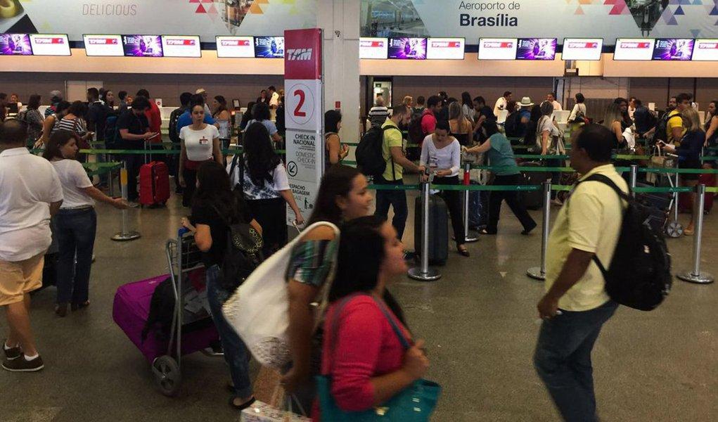 Balanço divulgado nesta terça-feira, 21, pela Associação Brasileira das Empresas Aéreas (Abear) mostra queda de8,2% em relação ao acumulado de janeiro a maio de 2015; neste período de 2016 foram transportados 36,4 milhões de passageiros, 3,2 milhões a menos do que no ano passado; no mercado dos voos internacionais, em que as empresas nacionais representam 25% da oferta, houve queda de 4,9% no número de viagens em maio, que ficaram em 544 mil