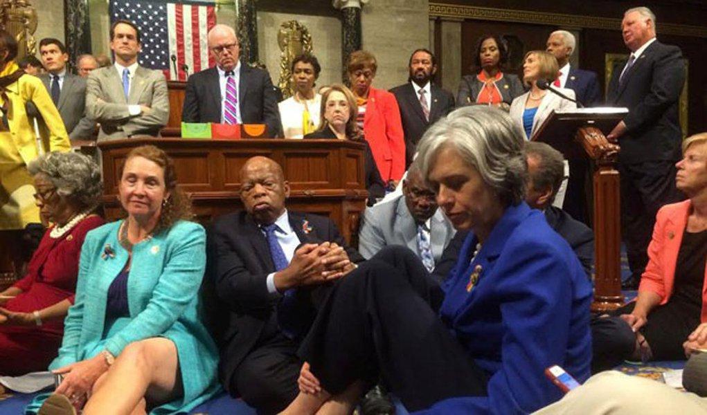 Cerca de 20 deputados democratas permanecem sentados no chão do plenário da Câmara dos Deputados dos Estados Unidos há pelo menos 18 horas, em protesto para que os líderes republicanos aceitem colocar em votação propostas para alterar a legislação sobre o controle de armas; parlamentares tentam aprovar regras mais rigorosas para a venda de armas no país, motivados pela repercussão do massacre na boate Pulse em Orlando, quando um homem armado abriu fogo contra os frequentadores do local, no dia 12 de junho, e deixou 49 mortos e 53 feridos