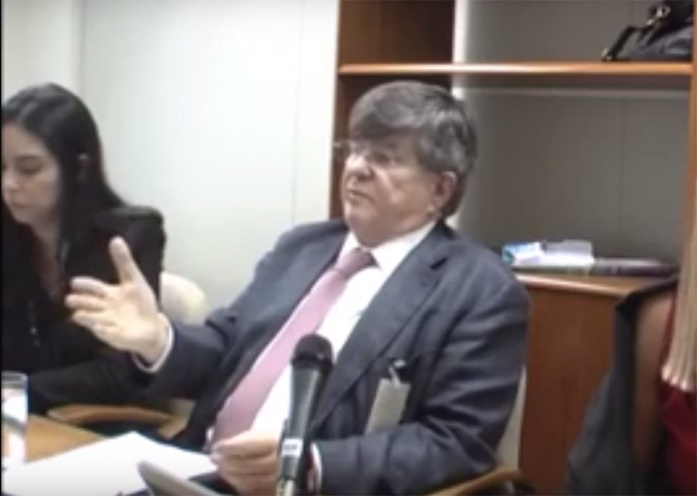 """Recorte feito pela jornalista Cintia Alves, do GGN, sobre a delação premiada do ex-presidente da Transpetro Sérgio Machado, o mostra claramente denunciando os planos de Romero Jucá, ex-ministro de Michel Temer, Renan Calheiros, presidente do Senado e do ex-presidente José Sarney para, segundo ele, """"estancar a Lava Jato""""; Cíntia observa que Machado diz claramente que tinha tido uma reunião com o PSDB que """"estava interessado"""" neste assunto; mesmo assim, os interrogadores """"passam batido"""" sobre a questão, sem sequer perguntar com quem, do PSDB, Romero se reunira para tratar disso; veja trecho do vídeo, destacado pelo Tijolaço"""