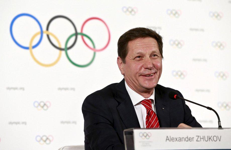 """O diretor do Comitê Olímpico da Rússia, Alexander Zhukov, está deixando o cargo, a maior mudança na elite do esporte russo desde que um escândalo de doping levou à exclusão de atletas da Olimpíada do Rio de Janeiro de 2016; o presidente russo, Vladimir Putin, disse que Zhukov lhe comunicou que quer abandonar a função para poder se concentrar em seu outro trabalho, o de primeiro vice-presidente da câmara baixa do parlamento; """"Isto é sem dúvida a coisa certa a fazer, nós a apoiamos completamente"""", disse Putin"""