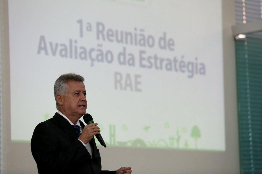 """O governador do Distrito Federal, Rodrigo Rollemberg, comentou os 18 meses de sua gestão e citou como exemplo investimentos """"na construção do Bloco 2 do Hospital da Criança, nas obras do Trevo de Triagem Norte e no equilíbrio econômico e financeiro do Distrito Federal"""", que, segundo ele, """"está fazendo investimentos em infraestrutura importantes, como Sol Nascente, Pôr do Sol, Buritizinho e Porto Rico""""; além das obras, o governador falou de programas sociais, como a universalização da educação infantil para crianças de 4 e 5 anos, o Habita Brasília e a expansão da atenção primária na Saúde; """"O objetivo é alinhar o governo para avanços fundamentais para a população de Brasília"""", reforçou"""