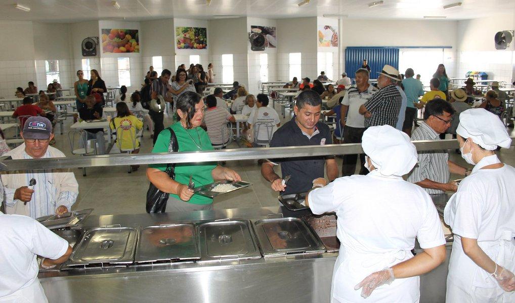 O governo do Maranhão informou que está investindo cerca de R$ 22 milhões na construção de 30 cozinhas comunitárias nas cidades atendidas pelo Plano 'Mais IDH'; a medida visa reduzir o índice de insegurança alimentar no estado e estimular a agricultura familiar e o comércio regional. Cada cozinha terá capacidade para fornecer, gratuitamente, 500 refeições por dia, feitas a partir de ingredientes produzidos por pequenos agricultores