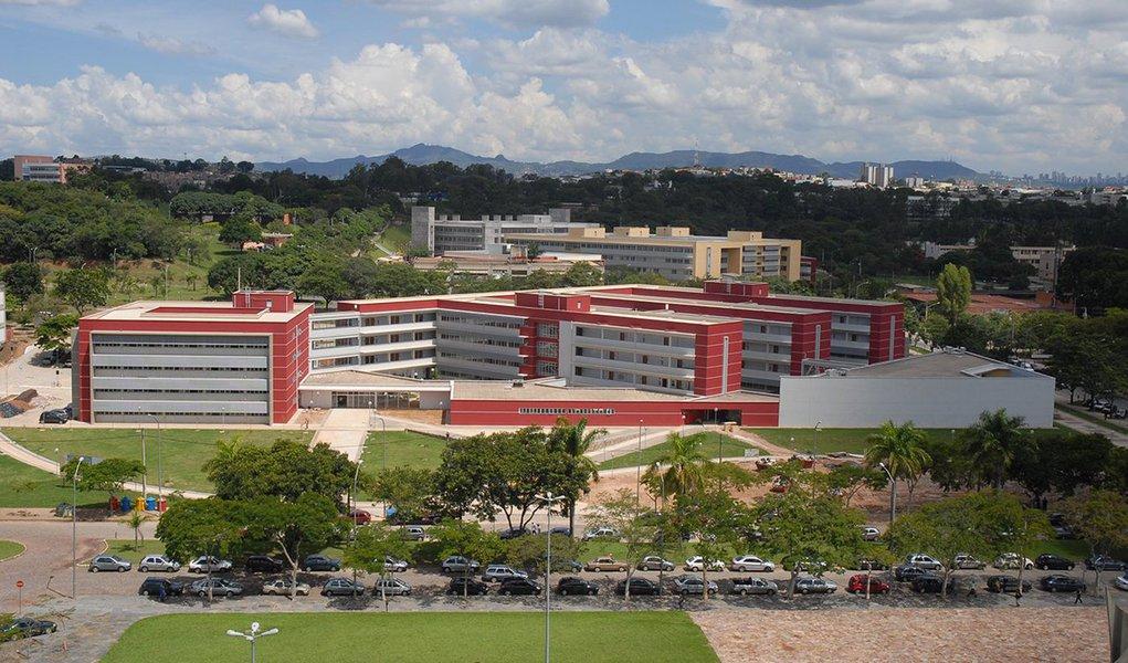 A Universidade Federal de Minas Gerais (UFMG) divulgou um estudo simulando os impactos da Proposta de Emenda à Constituição (PEC) 241, que, se entrar em vigor, vai congelar os gastos públicos pelos próximos 20 anos, sendo a despesa de um ano equivalente à do ano anterior corrigida pela inflação; de acordo com o levantamento, conduzido pela Pró-reitoria de Planejamento e Desenvolvimento (Proplan) da instituição, a universidade teria perdido R$ 774,8 milhões entre os anos de 2006 e 2015 com a configuração proposta pela PEC 241