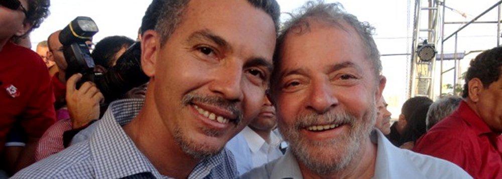 """O ex-presidente Lula receberá no próximo dia 11 o título de 'cidadão juazeirense', por iniciativa do vereador de Juazeiro-BA Tiano Félix (PT); Lula visitará a cidade para um ato público em defesa da democracia e do mandato da presidente Dilma Rousseff, com caravanas de diversos estados do Nordeste; na justificativa do projeto, o vereador Tiano diz que """"Lula foi reconhecido por ser uma das maiores lideranças políticas do mundo"""""""