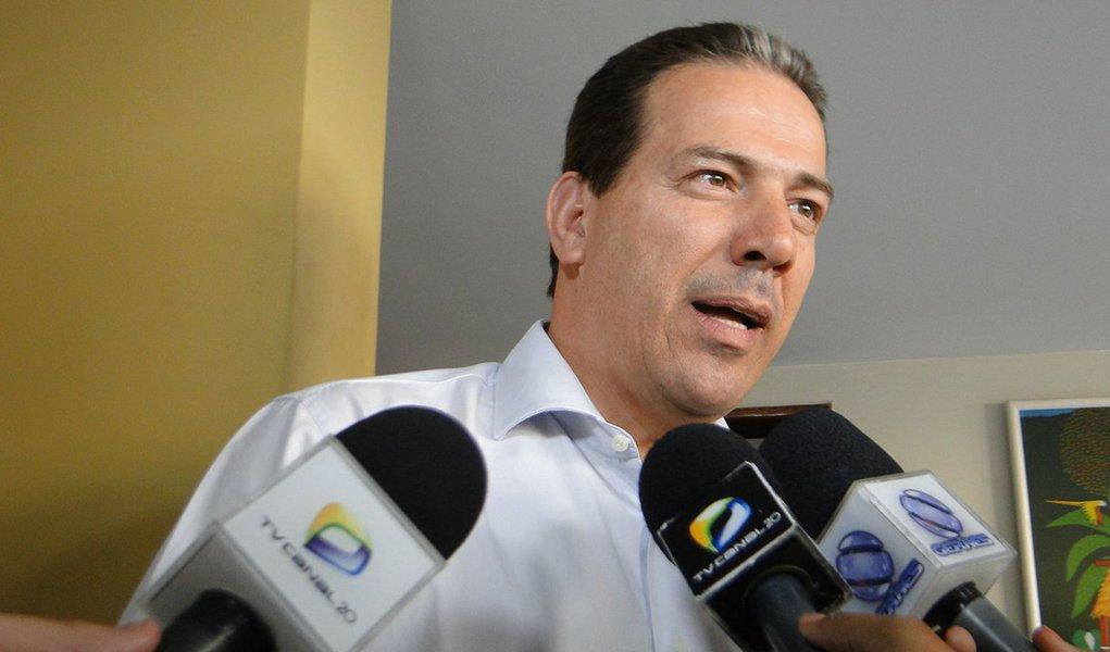 Oprefeito afastado de Montes Claros Ruy Muniz (PSB) virou foragido da Justiça, que decretou sua prisão na Operação Tolerância Zero, deflagrada nesta quinta (15); ele foi elogiado pela mulher, a deputada Raquel Muniz (PSD/MG), na sessão da Câmara que votou pela aprovação do processo de impeachment de Dilma Rousseff em abril passado; Ruy Muniz foi alvo de mais um mandado de prisão, o segundo somente neste ano