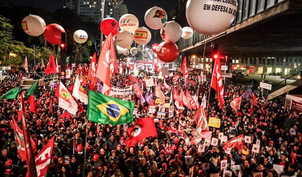 """CUT, CTB, UGT, Força Sindical, Nova Central, CSP-Conlutas e Intersindical, Frente Brasil Popular e Frente Povo sem Medo promovem nesta quinta-feira (22) um dia nacional de paralisação contra as propostas de reforma trabalhista que vêm sendo anunciadas pelo governo Michel Temer; mobilização intitulada por """"Nenhum Direito a Menos""""inclui paralisações, atrasos na entrada, assembleias nas portas das empresas, passeatas e manifestações, como forma de construir um entendimento para uma greve geral no país"""