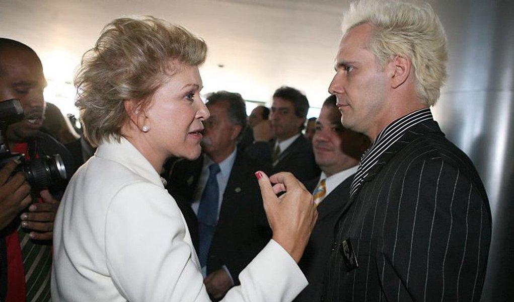 """""""Minha mãe é golpista, meu pai é petista e eu sou anarquista. Momentos políticos difíceis, né"""", diz o cantor em um vídeo publicado em sua página no Facebook; candidata à Prefeitura de São Paulo pelo PMDB, Marta Suplicy, ex-petista, votou pelo impeachment de Dilma Rousseff no Senado; seu voto também foi criticado pelo ex-marido, o ex-senador Eduardo Suplicy; assista"""