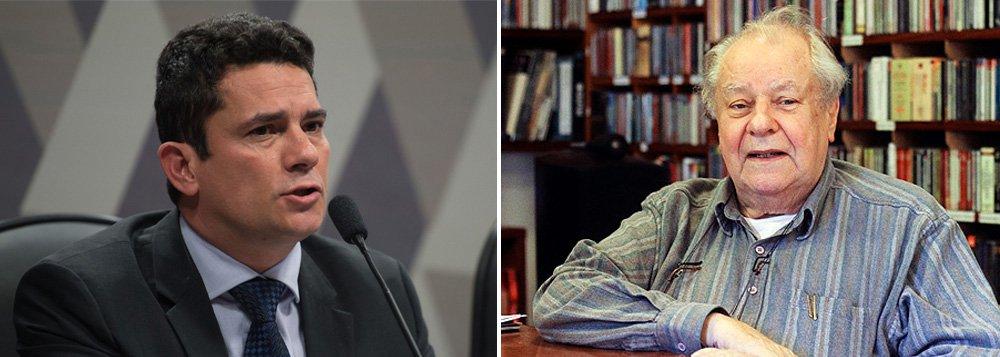 """Juiz da Lava Jato manda carta ao jornal em resposta ao artigo doprofessor Rogério Cezar de Cerqueira Leite, que em sua coluna, escreveu que """"Moro não percebe, em seu esquema fanático, que a sua justiça não é muito mais que intolerância moralista""""; para o magistrado, o jornal deveria evitar """"a publicação de opiniões panfletárias-partidárias e que veiculam somente preconceito e rancor, sem qualquer base factual"""""""