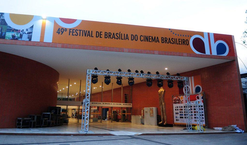 Estão abertas as atividades do49º Festival de Brasília do Cinema Brasileiro, que começa com sessão fechada para convidados e vai até 27 de setembro; a exibição dos longas, médias e curtas-metragens da mostra competitiva tem início nesta quarta (21), noCine Brasília(106/107 Sul), com representantes de três estados brasileiros:Ótimo amarelo, da Bahia,Quando os dias eram eternos, de São Paulo, eRifle, do Rio Grande do Sul