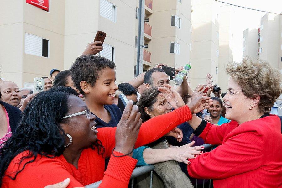 """Durante ato em defesa do Minha Casa, Minha Vida em Taboão da Serra, na Grande São Paulo, a presidente Dilma Rousseff classificou como """"absurda"""" a proposta da CNI de elevar de 44 para até 80 horas semanais a carga horária do trabalhador; """"Será que é verdade?"""", perguntou Dilma, incrédula; """"Esse absurdo a gente só escuta quando o governo provisório, sem compromisso com o povo, assalta o poder. E como uma horda de bárbaros, tenta estabelecer uma volta atrás em conquistas que não são de 13 anos pra cá, são conquistas que nós atingimos em 1950, em 1942. Isso é um absurdo"""", protestou a presidente; ela voltou a afirmar que """"venceremos esse golpe""""; """"Eles não pensem que nós os tememos"""", disse"""