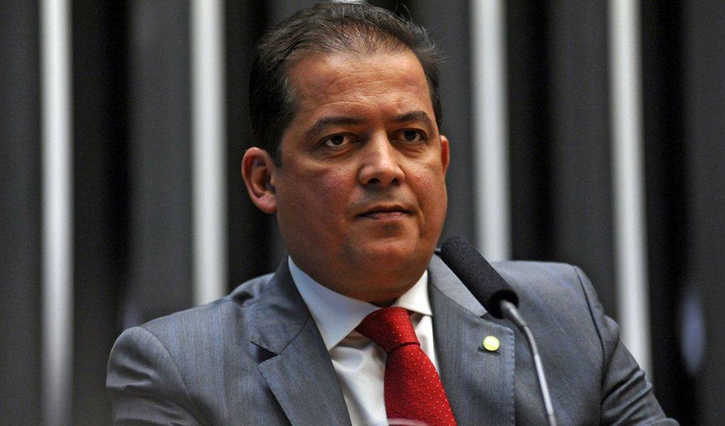 O ex-deputado federal Eduardo Gomes (SD) afirmou que não foi conduzido coercitivamente para prestar depoimento sobre a Operação Ápia; a informação de que ele havia sido conduzido coercitivamente foi dada pela assessoria de imprensa da Superintendência da Polícia Federal; o ex-parlamentar informou que disse esteve na PF para prestar depoimento espontaneamente e sem a presença de advogado em Brasília; a operação tem como objetivo desarticular uma organização criminosa que atuou no Tocantins supostamente fraudando licitações públicas e execução de contratos administrativos celebrados para a terraplanagem e pavimentação asfáltica em diversas rodovias estaduais