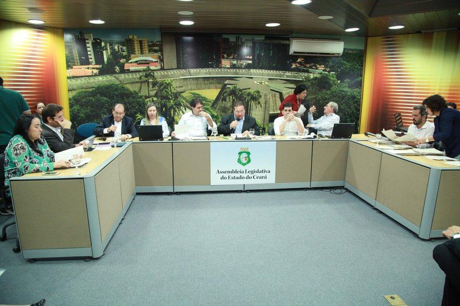 O projeto de lei das diretrizes orçamentárias (LDO)recebeu 111 emendas. Entre os parlamentares que apresentaram emendas estãoRoberto Mesquita (PSD), Capitão Wagner (PR), Renato Roseno (Psol), Audic Mota (PMDB), Carlos Matos (PSDB), Elmano Freitas (PT) e Zé Ailton Brasil (PP). O projeto começa a ser analisado na Comissão de Orçamentonesta quarta-feira (22)