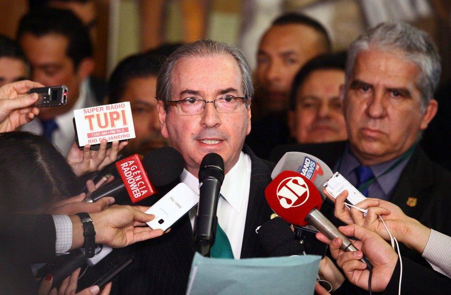 """Deputado afastado Eduardo Cunha (PMDB-RJ), que derrubou provisoriamente a presidente Dilma Rousseff por meio de um golpe parlamentar, anunciou sua renúncia à presidência da Câmara; """"É público e notório que a Casa está acéfala. Somente a minha renúncia poderá por fim a essa instabilidade sem prazo"""", disse o deputado afastadoem coletiva do Salão Verde; sem citar as contas na Suíça, ele disse que paga um """"preço alto por ter dado início ao processo de impeachment""""; Cunha é réu em dois inquéritos no STF, acusado de receber propinas de diversas empresas; com sua renúncia, o interino Michel Temer perde seu aliado, a quem chamou de """"incansável batalhador político e jurídico"""""""