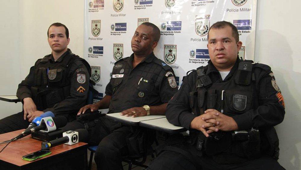 Policiais civis prenderam mais uma suspeita de participar do estupro de uma criança de dois anos de idade, no Rio; até agora, três pessoas já foram presas pela polícia, entre elas, o coronel reformado da Polícia Militar, Pedro Chavarry, que foi flagrado dentro do carro com a menina nua; a mulher detida, na favela Uga-Uga, em Ramos, na zona norte da cidade, foi a primeira a chegar na cena do crime e teria dito aos policiais que flagraram o crime, que o pai da vítima estava morto e a mãe, na cadeia