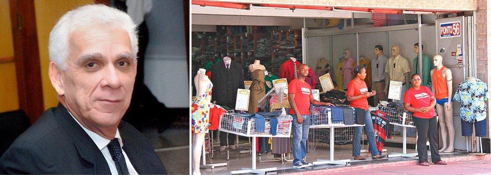 """Dados divulgados pelo Sindicato dos Lojistas do Comércio do Estado da Bahia (Sindilojas) revelam que nos últimos 15 meses, o comércio baiano teve fechamento de 50 mil postos de trabalho e de 21 mil lojas; somente em Salvador foram 5 mil estabelecimentos fechados; de acordo com o presidente do Sindilojas, Paulo Motta, """"as vendas fecharam o primeiro semestre em -8,5%, na relação com o mesmo período do ano passado""""; o dirigente sindical afirma que """"promoções como Liquida Bahia e Liquida Salvador têm sido formas encontradas no sentido de motivar o consumidor a retomar as compras"""""""