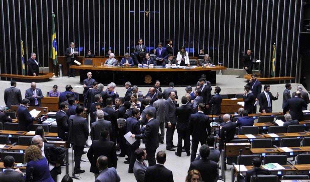 Dos nove deputados federais por Alagoas, apenas Paulão (PT), JHC (PSB) e Ronaldo Lessa (PDT) votaram contra a Proposta de Emenda à Constituição (PEC), a PEC 241, que estabelece um teto para o aumento dos gastos públicos pelas próximas duas décadas; a sessão acabou apenas durante a madrugada e a proposta foi aprovada com um placar total de 366 votos a favor, 111 contra e duas abstenções; para ter aprovação final, ela ainda precisa passar por um segundo turno de votação na Câmara e mais dois turnos no Senado